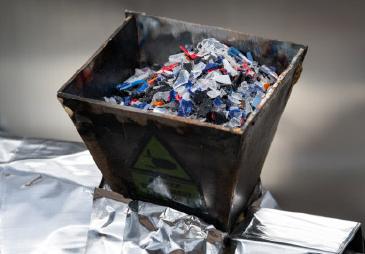 Une association Française Earthwake développe la première machine permettant de recycler les déchets plastiques en carburant.
